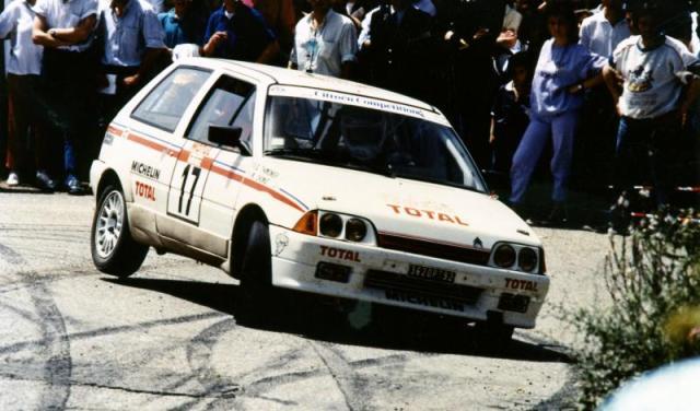 Laurent Poggi négocie parfaitement un virage à l'occasion du tour de Corse 1988. A ses cotés Jean-Paul Chiaroni, futur copilote de Philippe Bugalski.