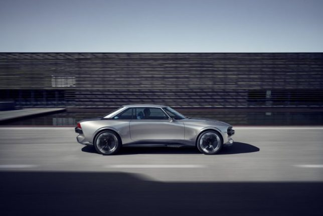 Le concept Peugeot e-Legend présente un profil sportif et rétro-moderne avec des flancs soigneusement sculptés (Crédit: Peugeot)
