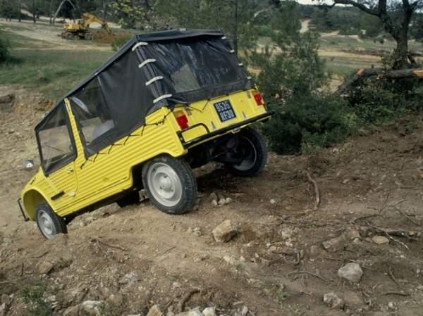 """Pour tous les amoureux de chemins creux et de pistes défoncées, Citroen a inventé la """"voiture trial"""", capable de tracter quatre cents kilos de charge sur les pentes incroyables, pouvant dépasser 60 %. Ici le modèle de Méhari 4x4 de 1979"""