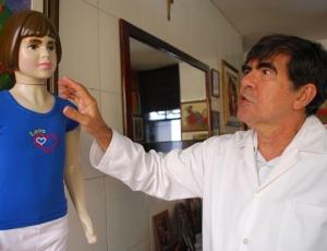medico-legista-george-sanguinetti-mostra-boneca-com-as-mesmas-dimensoes-e-peso-de-isabella-nardoni-que-tem-em-casa-1274467377782_300x230
