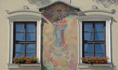 Plaza del Mercado. Pintura y Ventanas de Casa Medieval