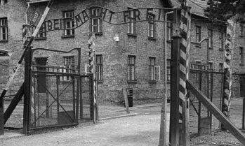 """Auschwitz I. Barrera de Entrada al Campo de Concentración. """"El trabajo os hará libres"""""""