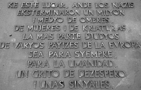 Auschwitz II-Birkenau. Placa en Sefardí del Monumento a las Víctimas del Holocausto