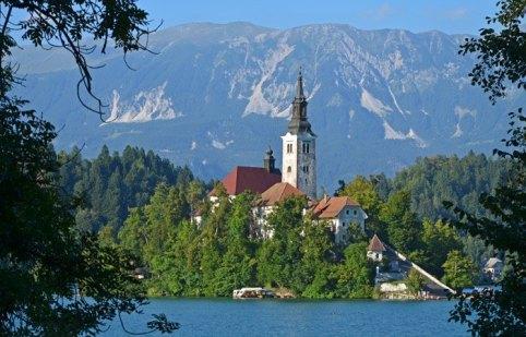 Isla de Bled. Iglesia de la Asunción y Montañas
