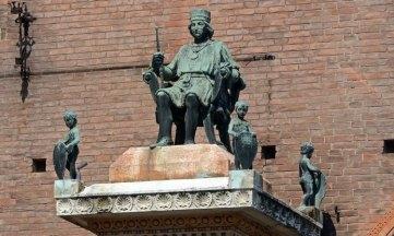 Palacio Municipal. Monumento a Borso de Este