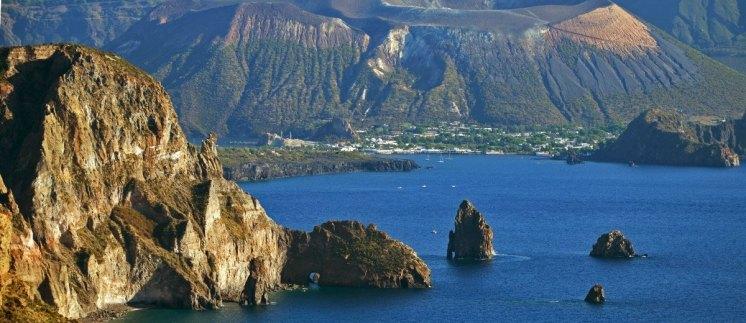Vista desde el Mirador Quattrocchi: Farallones de Lipari, al fondo la isla de Vulcano