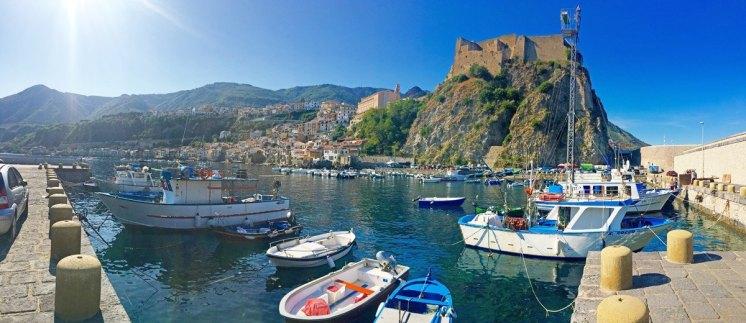 Vista del Puerto de Scilla con el Castillo Ruffo
