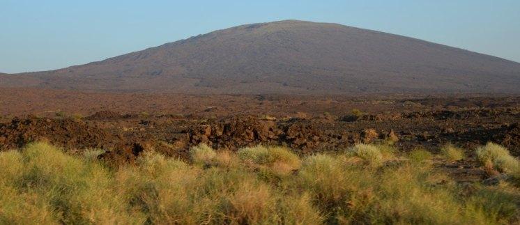 La silueta de los volcanes dibuja el paisaje del desierto llano