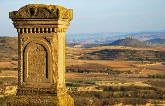 Miliario Romano - Al fondo Castillo de Davalillos