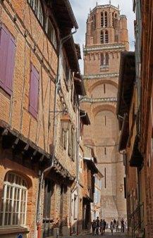 Rue Castelviel y Torre de la Catedral