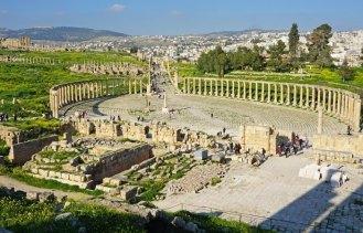 56 columnas corintias rodeaban la plaza
