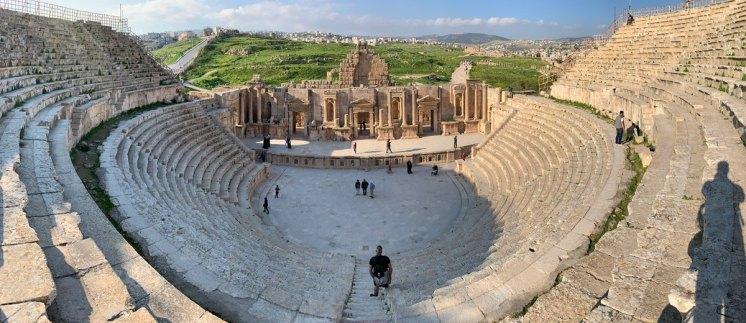 Panoramica del Teatro Sur - La ciudad antigua de Gerasa al fondo