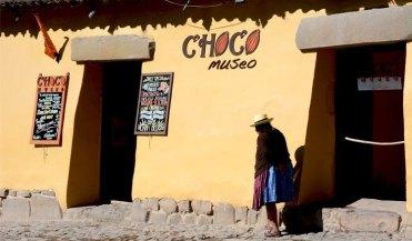 Ollantaytambo. Mujer y Museo Choco