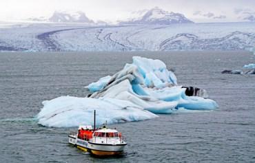 Glaciar, iceberg y barco en Jöulsarlon