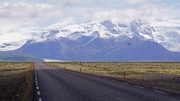 Carretera a través del Skeirársandur - Al fondo Vatnajökull