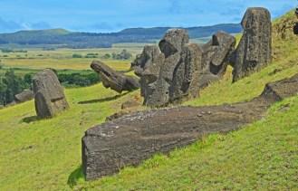 En Rano Raraku hay moais Inclinados, erigidos, tumbados y enterrados