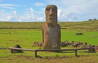 El Moai Viajero dista unos metros de la plataforma principal