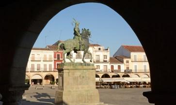 Plaza Mayor. Arco y Monumento a Pizarro