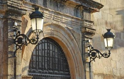 Portalada de acceso a palacio