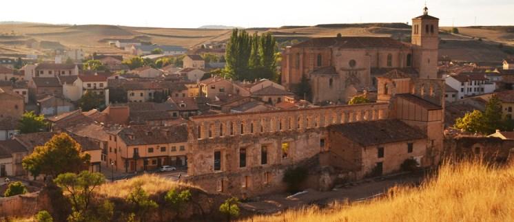 Ruinas del Palacio de los Duques de Frías, al fondo la Colegiata de Santa María del Merado