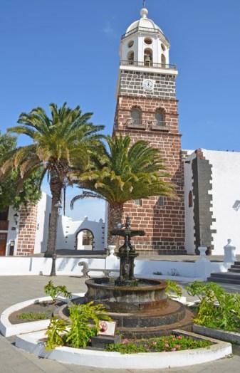 Fuente y torre de la iglesia (Teguise)