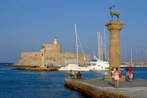 Mandraki. Columna y Fuerte de Agios Nikolaos