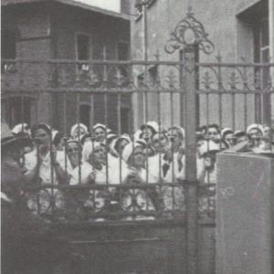 Bologna: le operaie della Gazzoni ascoltano un comizio dietro i cancelli.