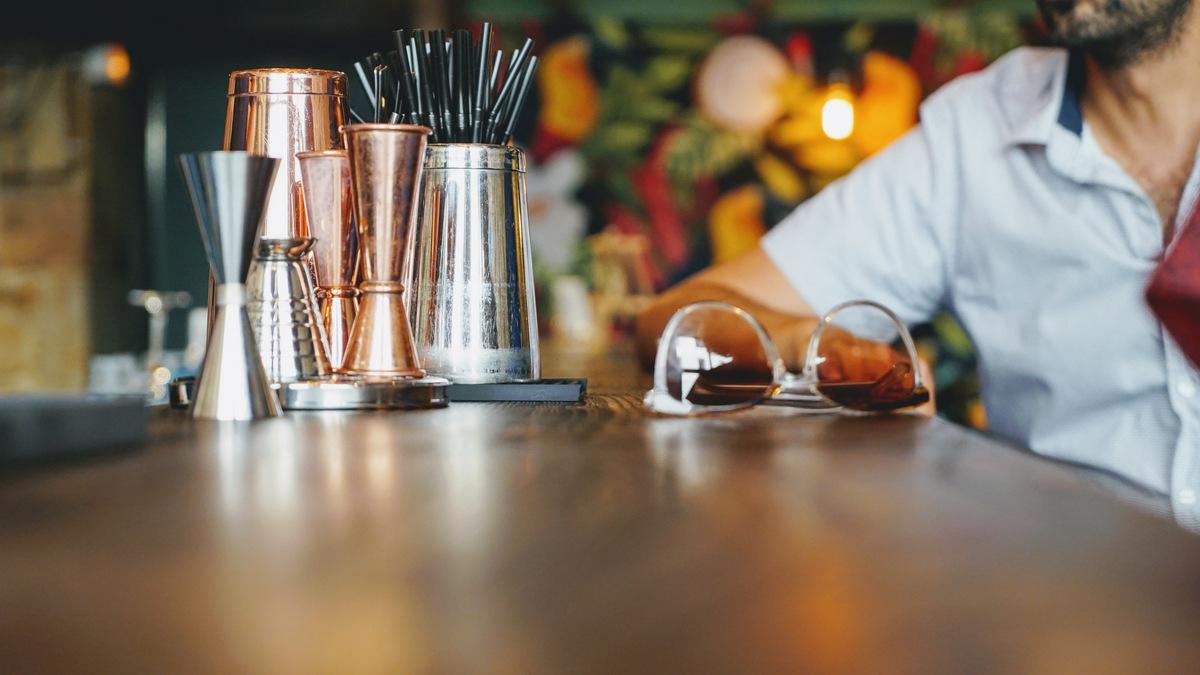 lunettes de soleil sur un bar