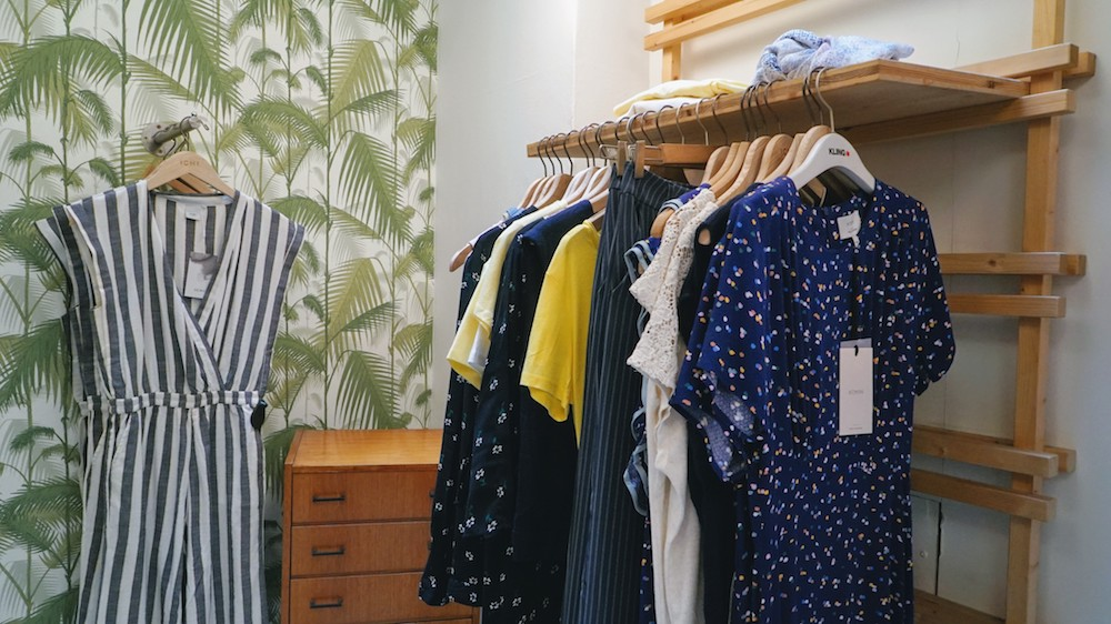 portants de vêtements colorés chez Popleen à Lyon