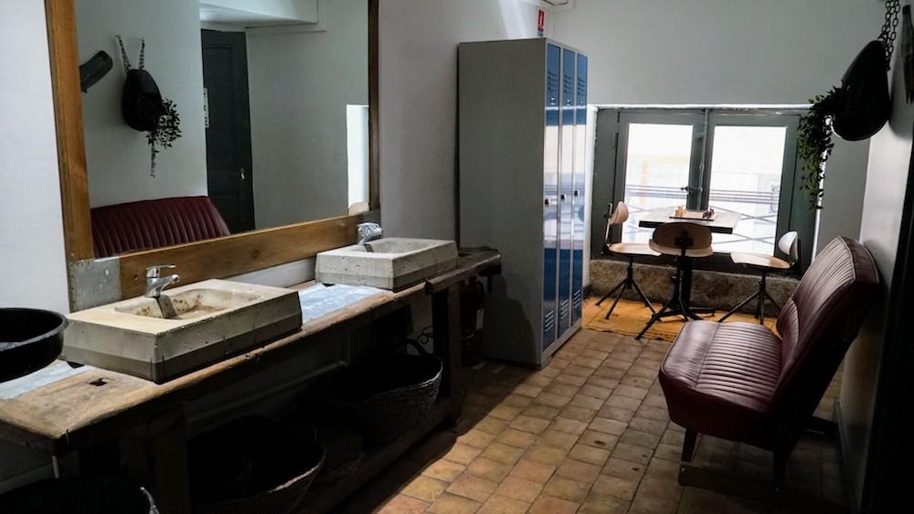 salle de bains café des trois