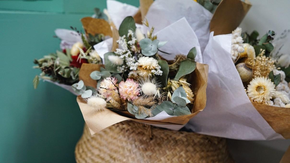 Bouquet de fleurs séchées dans un panier tressé
