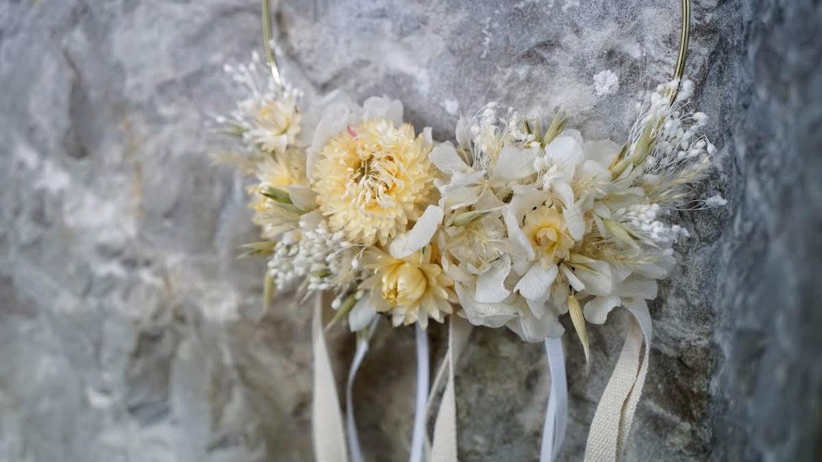 couronne de fleurs séchées blanches