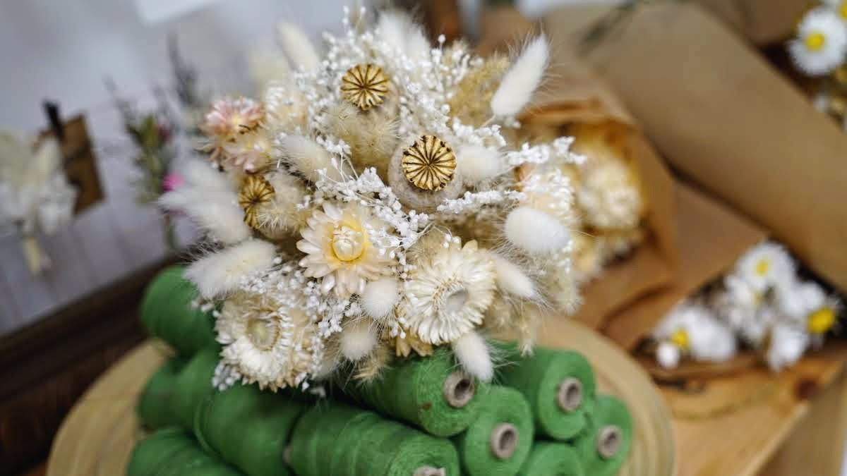 fleurs séchées et rubans dans l'atelier Pimpantes