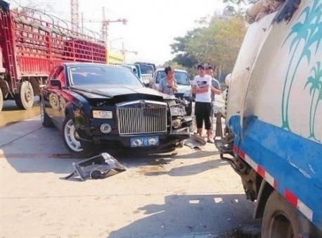 Rolls Royce Phantom crash China