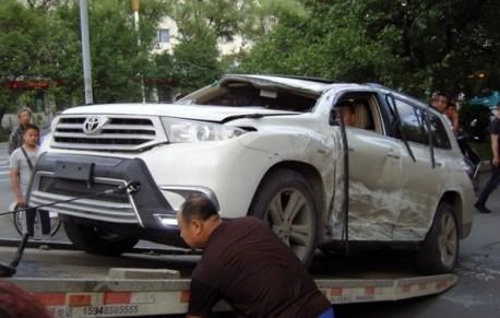 Mercedes-Benz W140 S-class hits Toyota Highlander