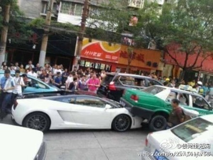 Lamborghini Gallardo grabs a cab in China