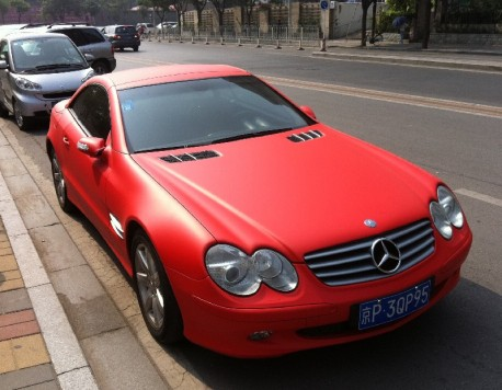 Mercedes-Benz SL500 is red-pink in China