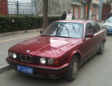 Spotted in China: E34 BMW 520i in red