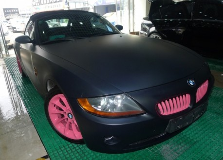BMW Z4 in matte black & some Pink in China