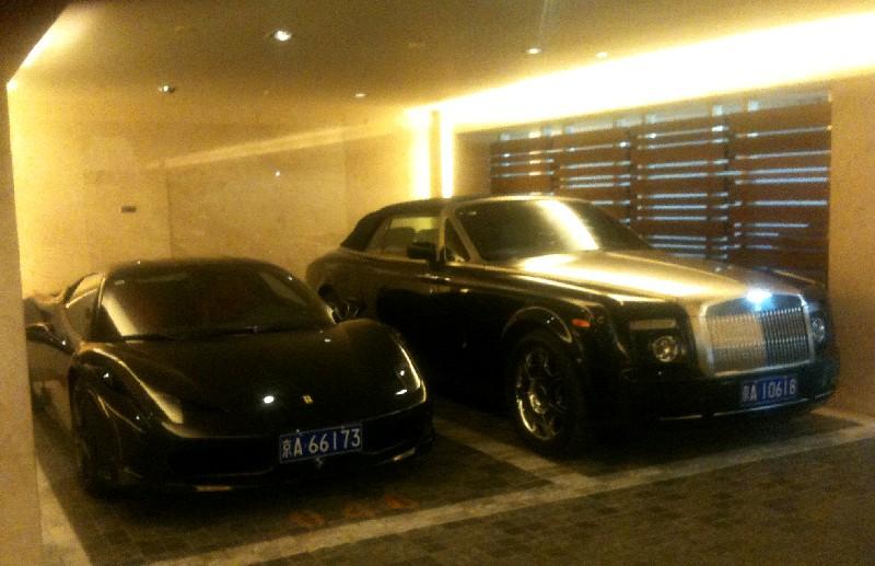 rolls royce ghost black 2013. ferrari 458 italia u0026 rolls royce phantom drophead coupe are black together in china ghost 2013
