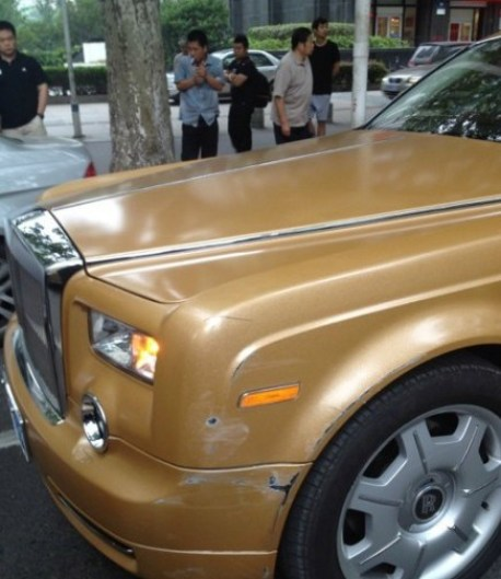 Brown Rolls-Royce Phantom hits Peugeot 307 in China