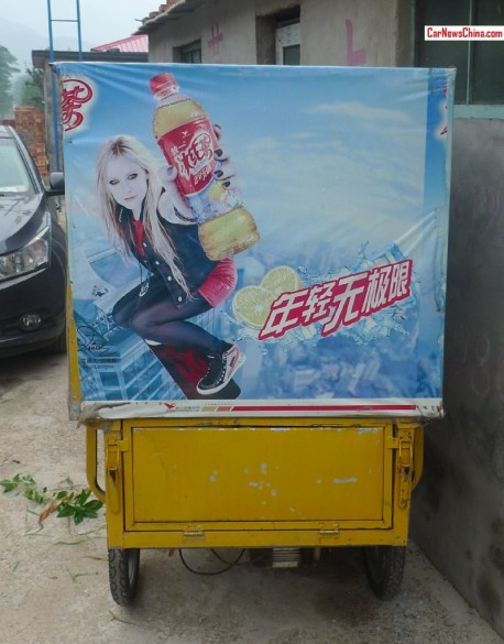Avril Lavigne sells ice tea on a Chinese tricycle
