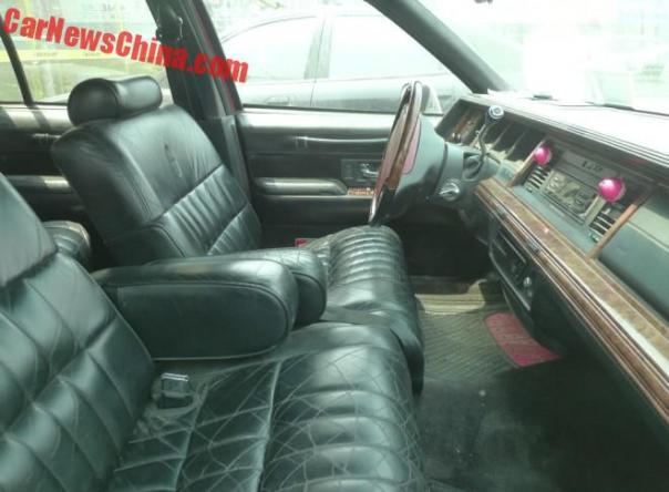 lincoln-town-car-red-china-3a
