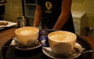 Dos capuccinos preparados por un barista, se nota la preparación en cursos y talleres de café para realizarlos.