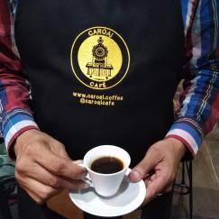 Barista presentando un café