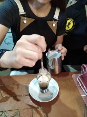 Los accesorios para baristas son indispensables en una estación de café.