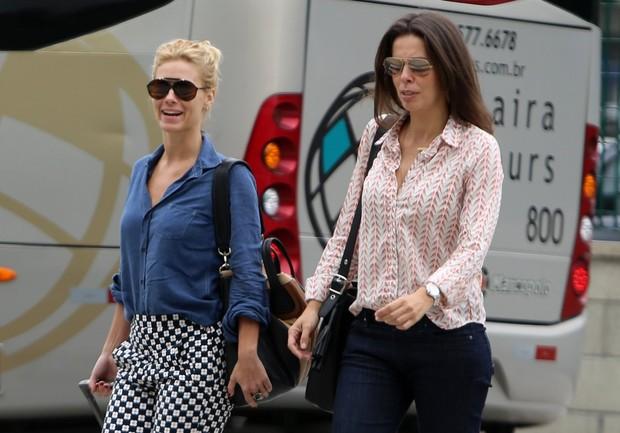 look-camisa-jeans-calça-estampada-flores-carolina-dieckmann-no-aeroporto-estilo-blog-carola-duarte