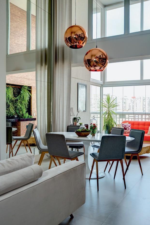mesa-sala-varanda-sofa-pendentes-cadeiras
