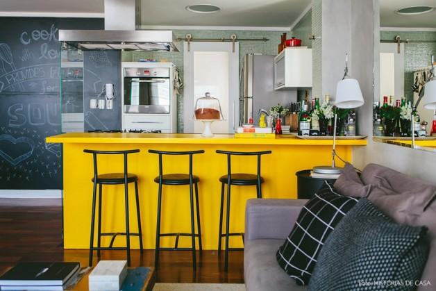 08-decoracao-loft-cozinha-integrada-bancada-amarela