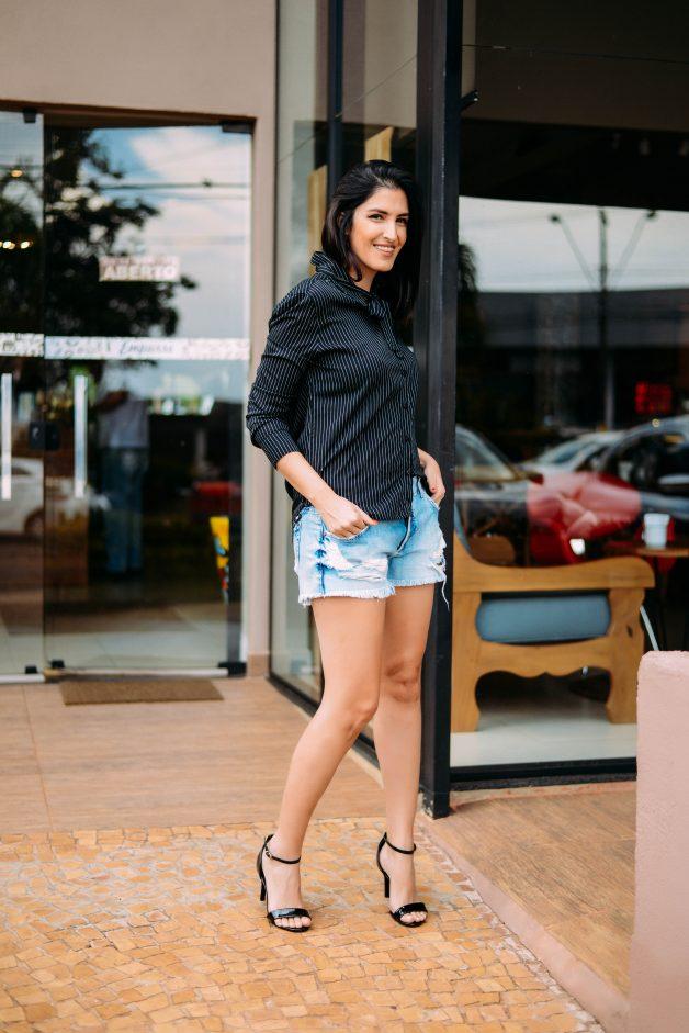 look para a balada com short jeans, camisa listrada e sandálias de tira fina